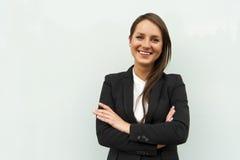 Biznesowa kobieta szklaną ścianą w mieście ono uśmiecha się przy kamerą fotografia stock