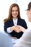 Biznesowa kobieta trząść ręki partnera wykończeniowy up spotkanie obrazy stock