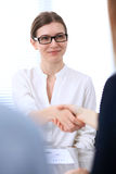 Biznesowa kobieta trząść ręki partnera wykończeniowy up spotkanie zdjęcie royalty free