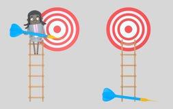 Biznesowa kobieta trzyma błękitną strzałkę na drabinie dartboard odosobniony zdjęcie stock