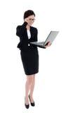 Biznesowa kobieta trzyma laptop przeglądać odosobnionego na bielu Zdjęcia Royalty Free