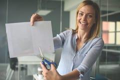 Biznesowa kobieta trzyma nożyce i rozcięcie papier Zdjęcie Royalty Free