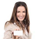 Biznesowa kobieta trzyma pustą wizytówkę obraz stock