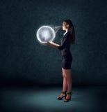 Biznesowa kobieta trzyma rozjarzoną planety ziemię Obrazy Royalty Free