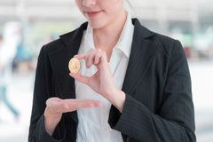 Biznesowa kobieta trzyma złocistego bitcoin cryptocurrency fotografia stock