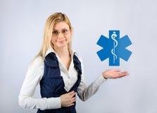 Biznesowa kobieta trzyma zdrowie ikonę Obraz Royalty Free