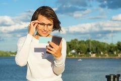 Biznesowa kobieta używa app na mądrze telefonie Zdjęcia Royalty Free