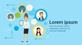 Biznesowa kobieta Używa Cyfrowej pastylki komputer Komunikuje Z biznesmena networking pojęciem ilustracji