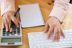 Biznesowa kobieta używa kalkulatora kalkulować liczby Obraz Royalty Free