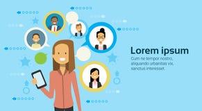 Biznesowa kobieta Używa komórka Mądrze telefon Komunikuje Z biznesmena networking pojęciem royalty ilustracja