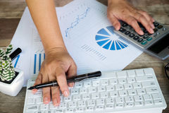 Biznesowa kobieta używa komputerowego kalkulatora kalkulować liczbę Obraz Stock