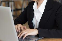 Biznesowa kobieta używa laptop sprawdza emaila lub wiadomości w biurze Fotografia Stock