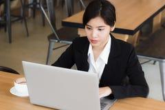 Biznesowa kobieta używa laptop sprawdza emaila, wiadomości w lub Obraz Stock