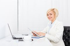 Biznesowa kobieta używa pastylki biurowego biurko Zdjęcia Stock