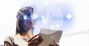 Biznesowa kobieta używa pastylki VR i peceta szkła nad jaskrawym tłem obraz stock