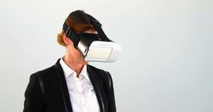 Biznesowa kobieta używa rzeczywistości wirtualnej słuchawki 4k i cyfrową pastylkę zbiory