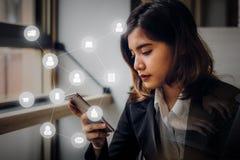 Biznesowa kobieta używa smartphone złączonych ludzi z cyfrowym Fotografia Stock
