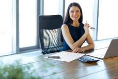 Biznesowa kobieta używa jej laptop przy biurem Biznesowy Peo Zdjęcie Royalty Free