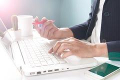 Biznesowa kobieta używa laptop kobieta jednostek gospodarczych Obrazy Stock