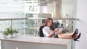 Biznesowa kobieta używa pastylka komputer w miejscu pracy Obrazy Stock