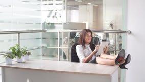 Biznesowa kobieta używa pastylka komputer w miejscu pracy Fotografia Stock
