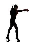 Biznesowa kobieta uderza pięścią bokserskich rękawiczek sylwetkę Zdjęcie Stock