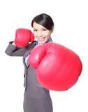 Biznesowa kobieta uderza pięścią bokserskimi rękawiczkami Obraz Stock