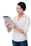 Biznesowa kobieta używa dotyka ochraniacza przyrząd Fotografia Royalty Free