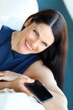 Biznesowa kobieta Używa Jej Smartphone przy biurem Obrazy Stock