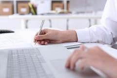 Biznesowa kobieta w biuro chwytów ręce na laptopie Zdjęcie Stock