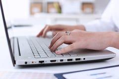 Biznesowa kobieta w biuro chwytów ręce na laptopie Zdjęcia Stock