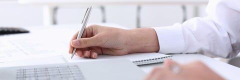 Biznesowa kobieta w biuro chwytów ręce na laptopie Zdjęcia Royalty Free
