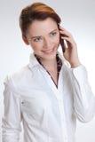 Biznesowa kobieta w biurze z telephon zdjęcia stock