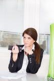 Biznesowa kobieta w kostiumu z pilotem fotografia stock