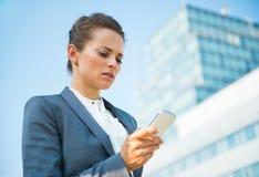 Biznesowa kobieta w nowożytnych biurowego okręgu czytelniczych sms Obrazy Stock