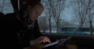 Biznesowa kobieta w taborowym działaniu z ochraniaczem i papierami zdjęcie wideo