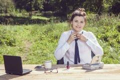 Biznesowa kobieta wiąże krawat Fotografia Royalty Free