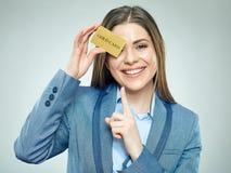 Biznesowa kobieta wskazuje palec przy płatniczą kredytową kartą Zdjęcia Stock