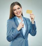 Biznesowa kobieta wskazuje palec przy płatniczą kredytową kartą Zdjęcie Stock