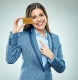 Biznesowa kobieta wskazuje palec przy płatniczą kredytową kartą Fotografia Stock