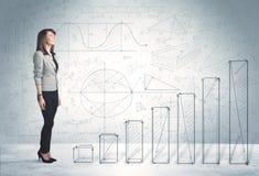 Biznesowa kobieta wspinaczkowa up na ręka rysującym wykresu pojęciu Obrazy Stock