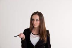 Biznesowa kobieta Wyjaśnia Coś z piórem na Whi Obrazy Royalty Free