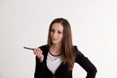 Biznesowa kobieta Wyjaśnia Coś z piórem na Whi Zdjęcie Royalty Free