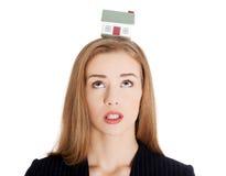 Biznesowa kobieta z domem na jej głowie obraz stock