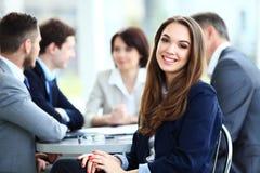 Biznesowa kobieta z jej personelem, ludzie grupy w tle