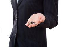 Biznesowa kobieta z kluczem, ostrość na kluczach Obraz Royalty Free