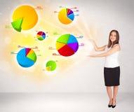 Biznesowa kobieta z kolorowymi wykresami i mapami Obrazy Royalty Free