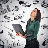 Biznesowa kobieta z laptopem analizuje infographics Obrazy Royalty Free
