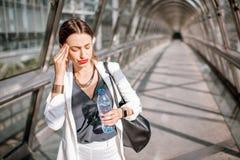 Biznesowa kobieta z migreną outdoors zdjęcia stock