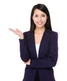 Biznesowa kobieta z ręki przedstawieniem z puste miejsce znakiem Zdjęcia Royalty Free